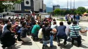 Около 50 турски студенти от българските висши учебни заведения излязоха на протест пред НДК в столицата днес към 13.00 часа, за да протестират сблъсъците между полиция и екоактивисти в Истанбул. ФОТО/ТЕКСТ: Нахит Догу, http://ajansbbg.blogspot.com/