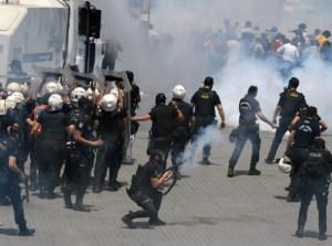 """Яростните протести в Турция се разрастват на фона на полицейски репресии, пише вестник """"Ню Йорк Таймс"""". Служители на полицията са използвали сълзотворен газ и водни оръдия, за да попречат на тълпите, които скандираха """"обединете се срещу фашизма"""" и """"правителството да подаде оставка""""."""