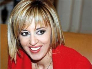 Силно изрусената кюстендилка, депутатката от БСП Мая Манолова, която бе спряна от протестиращите пред парламента днес, изпълнява длъжноста зам.-председател на парламента. Мая Манолова е новата