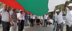 Мургави български граждани здраво държат знамето на Републиката на контрапротеста. Фото: БТА