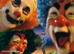 Зад обещаващите усмивки на главните три клоуна в Цирка