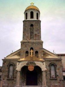 """Църквата """"Св. Георги Победоносец"""" в гр. Кърджали е действащ храм. Това е трикорабна, кръстово-куполна църква с вградена камбанария. Строена през първата половина на ХХ в. Има позлатени кубета и изграден енорийски център, в който всяка година се организират летни лагери по богословие за деца от различни етноси. Църквата е обявена за паметник на културата с местно значение."""