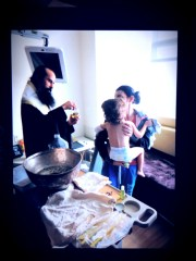 24 януари 2014 г. Максим Георгиев (2 год.) в ръцете на мама Даниела по време на Кръщенето, което бе извършено от Еп. Даниил от Българската Православна Църква (БПЦ) в болничната стая на