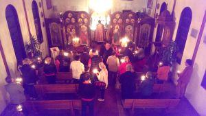 Свещеник бе Отец Николай Тодоров, който води Църковните служби на български език, както на Великден, така и на Цветница и през Великата Седмица, без помощник и хор. Близо 60 човека се събраха в събота вечер на службата, която започна в 11:40 и продължи до 12:40 след полунощ.