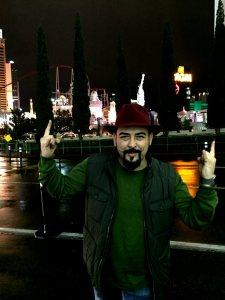 Устата по мустаци и бомбе на аерогарата в Лас Вегас, след като му загубиха багажа. Фото: BulgariCA.com