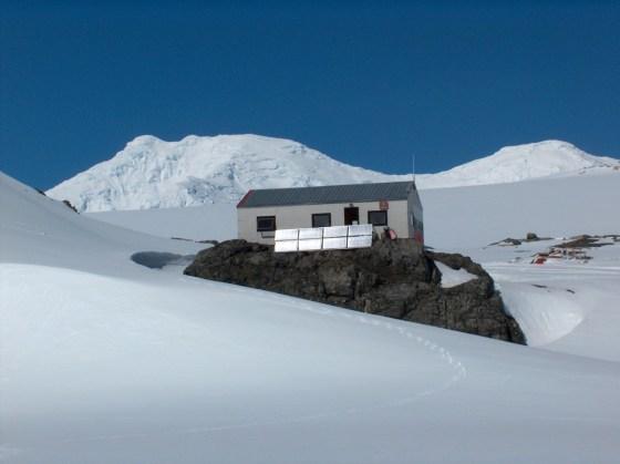 """Така изглежда сега изследователската база """"Свети Климент Охридски"""" - първото българско съоръжение в Антарктика, популярна и под името """"Куцото куче"""" Фото: Уики, bulgarica"""