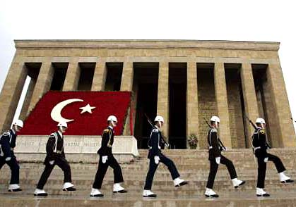Турски елитни гвардейци маршируват.  Със своите 647 993 души в редовни формирования днес, турската армия е 9та в света по численост и 2ра в НАТО след тази на САЩ. Полупрофесионална. На военна повинност подлежат всички мъже, навършили 20-годишна възраст. Еничарският корпус е бил основен род войска в Османската империя. Според изискванията на държавата тогава