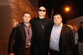 """Братя Вълневи станаха главни герои в цялото турне на Слави Трифонов и """"Ку-ку бенд"""" в САЩ. Тяхната транспортна компания, базирана в Чикаго, Илинойс – AMERIFREIGHT SYSTEMS LLC., стана основен спорнор на цялото турне в Северна Америка."""