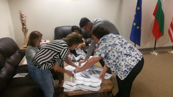 ИЗБОРИ 2016 Избирателната Комисия (ИК) в Генералното консулство в Лос Анжелис отварят урната с бюлетините. 211 българи дадоха своят вот в Избирателна Секция (ИС) #325400190.