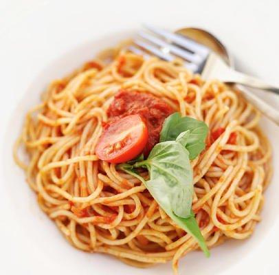 Спагети с доматки и босилек