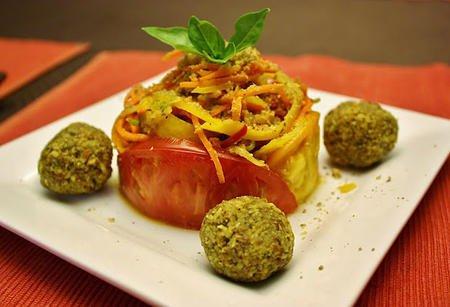 Зеленчукови спагетки с кюфтенца от ядки и доматен сос