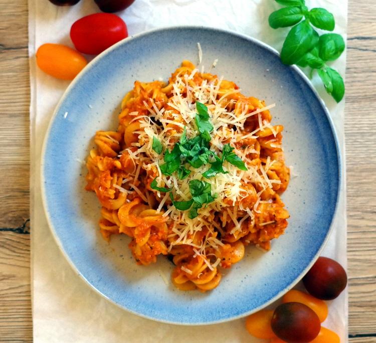 Makaron z sosem pomidorowo-paprykowym