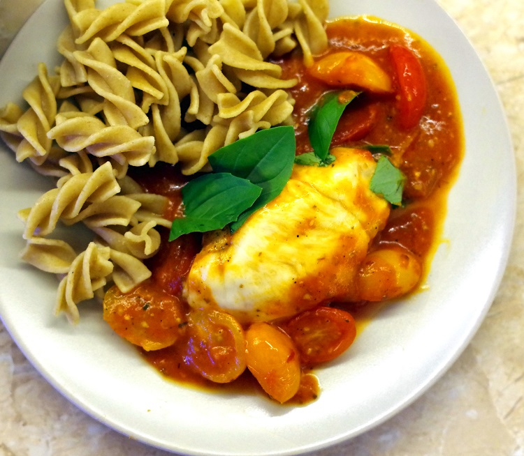 Kurczak z mozzarellą w sosie pomidorowym 3
