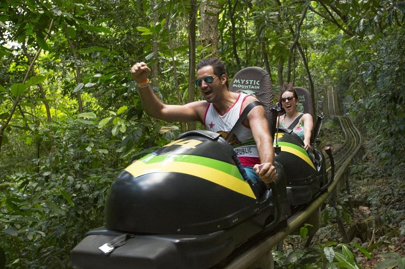 """Die 10 verrücktesten """"Attraktionen"""" auf Tripadvisor bibsled jamaica jamaika cool runnings"""