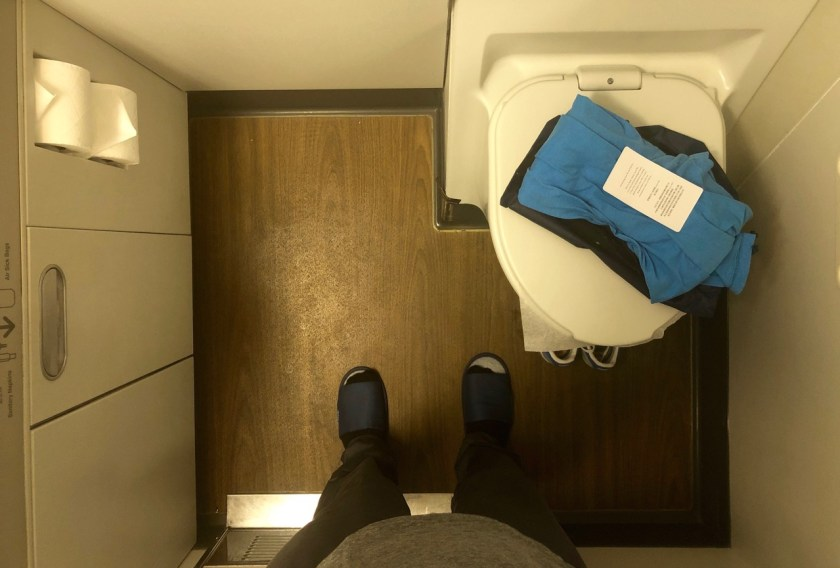 eva air royal laurel class business class b777 boeing 777 br011 lax tpe los angeles taipeh toilette pyjama
