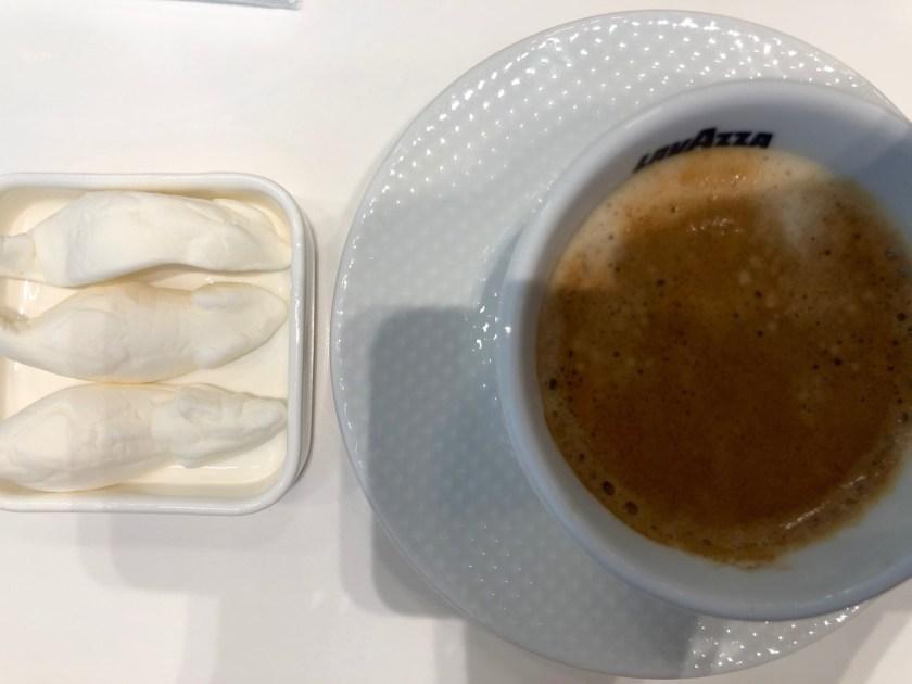lufthansa senator lounge münchen muc terminal 2 satellitengebäude espresso weiße mäuse kaffee
