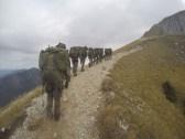 Eine Gruppe Gebirgsjäger hat den Säuling-Gipfel vor Augen.