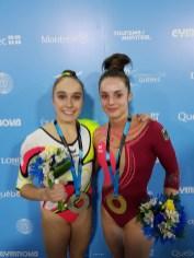 Tabea Alt und Pauline Schäfer mit Medaillen.