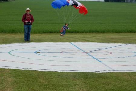 Ein Offizier der Luftwaffe ist erneut  Deutscher Meister im RC-Fallschirmspringen
