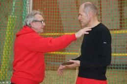 DLV-Trainer Rainer Engelmann (l.) führte die Teilnehmer in die technischen Disziplinen ein.