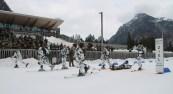 """Unter den Anfeuerungsrufen der Kameraden kämpft sich das Siegerteam vom Gebirgsjägerbataillon 231 im eingespielten """"Verwundetentransport"""" über die Ziellinie."""