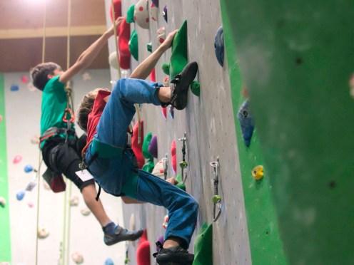 Die wieselflinken Kids erklimmen die Boulderwand beim Schülermannschafts-Wettbewerb.