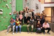 Stolz halten die Schüler vom Karlsgymnasium Bad Reichenhall ihren Siegerpokal in die Höhe.