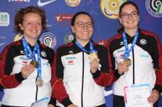 Belohnung Bronze für das Dreistellungskampfteam mit (v.li.) Eva Rösken, Jolyn Beer und Denise Palberg.
