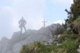 Das Gipfelkreuz im Blick. Der Nebel lichtet sich.