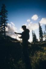 Ein Gebirgssoldat beim Überprüfen seiner Kletterausrüstung.