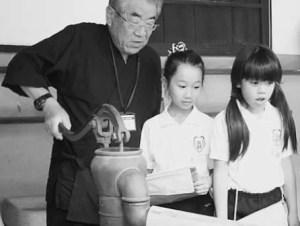 井戸の操作の実演に驚く本校児童