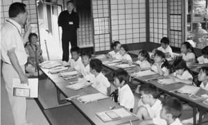 座敷で説明を受ける本校児童