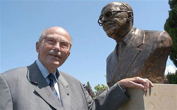 Otto, ultimo principe ereditario degli Asburgo, in compagnia di un busto di se stesso a Paks (Ungheria) nel 2005. (REX)