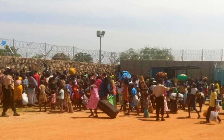 Civili in fuga si accalcano nel compound Onu a Juba