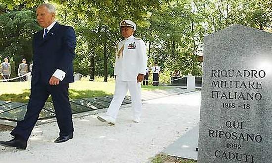 Cimitero di Samorin, il presidente Ciampi nel 2002 (foto_quirinale-it)