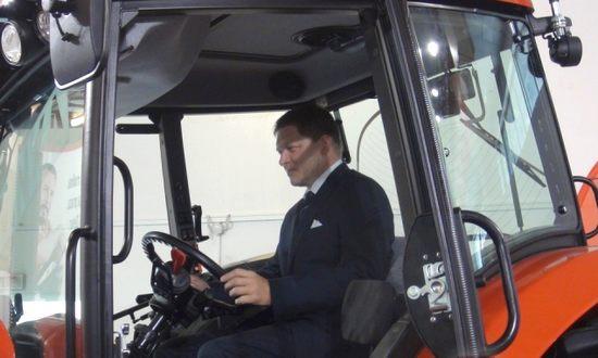 Robert Fico sul trattore (foto_vlada-sk)