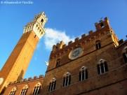 Siena - Torre del Mangia e Palazzo pubblico visti dal basso