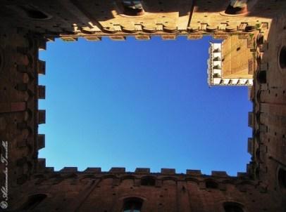 Siena - Torre del Mangia vista dall'interno del cortile di Palazzo Pubblico