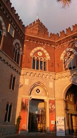 Genova - Tramonto sul Castello D'Albertis merlatura