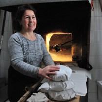 Maria Grazia Martena nel suo forno artigianale