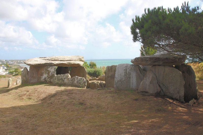megalithische-bauwerke-bretagne-finistere-plouhinec-menez-dregan-doppel-dolmen-3