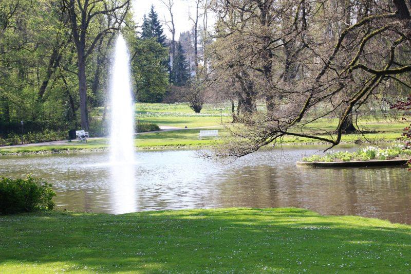 Springbrunnen mit Park, Gräflicher Park Bad Driburg, englischer Landschaftsgarten, Ostwestfalen