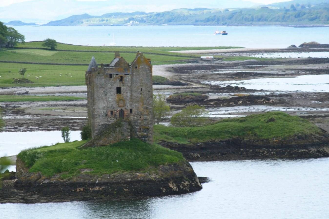 Burg aus Monty Python, Burg aus Ritter der Kokosnuss, schottische Geisterburg