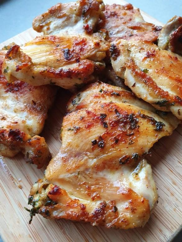 Gegrilde kippendijen met griekse marinade zonder pakjes en zakjes