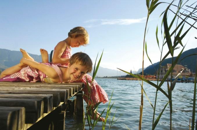 Am Kalterersee im sonnigen Unterland zeigt Südtirol sein mediterranes Gesicht. Groß und Klein vergnügen sich beim Tretbootfahren und in den Seerestaurants.
