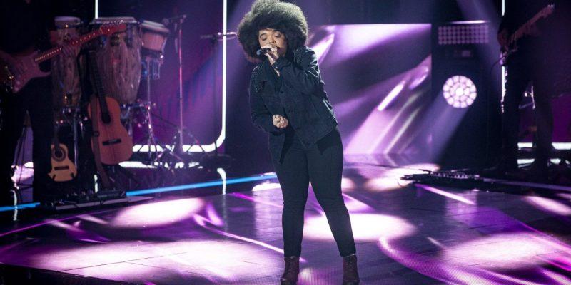 A cantora Edyelle Brandão no palco do The Voice