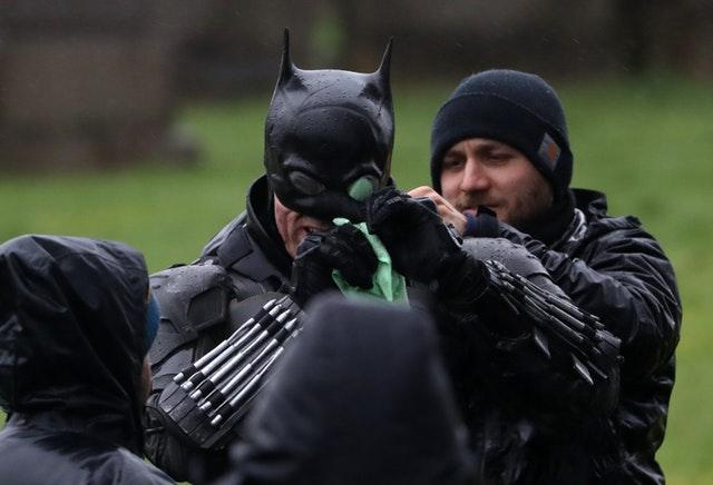 Dublê de Robert Pattinson revela traje do Batman no set em Glasgow! 19
