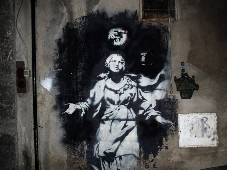 Forcella, Naples // Graffiti of an angel and a pistol, 50 meters from where Annalisa Durante was killed.