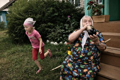 (ENG) An old woman drinks an 8% degrees beer from a bottle in the early morning. (ITA) Una donna anziana sorseggia una birra di primo mattino.