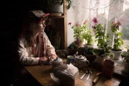(ENG) Tea time for Natasha, wearing typical Mari clothes. (ITA) L'ora del tè per Natasha, che indossa abiti tradizionali.